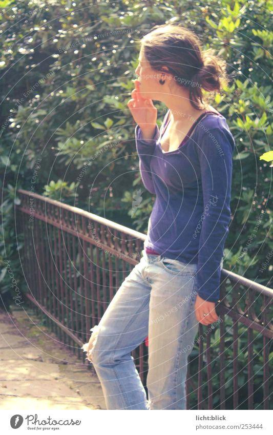 Gelassenheit. Rauchen Erholung feminin Junge Frau Jugendliche 1 Mensch 18-30 Jahre Erwachsene Brücke Brückengeländer Jeanshose T-Shirt Denken blau violett