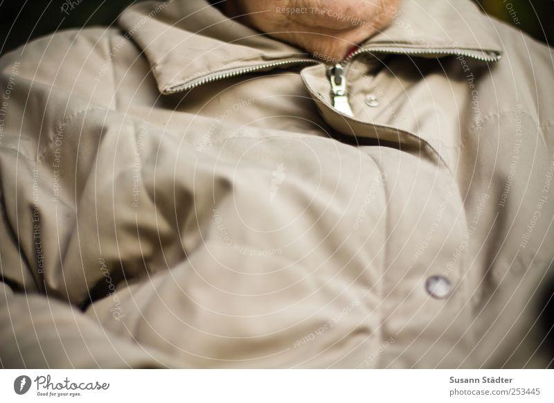 . Frau Erwachsene Weiblicher Senior Brust 1 Mensch alt frieren Jacke Reißverschluss Kinn Falte Doppelkinn Hautfalten Kragen beige kalt Winter sitzen Oberkörper