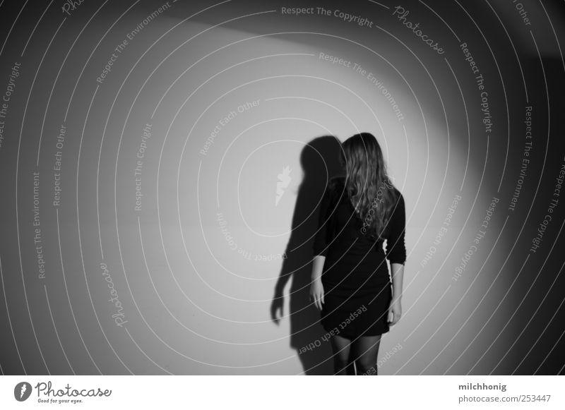horror vacui Mensch Jugendliche schön Einsamkeit feminin Erwachsene träumen blond elegant ästhetisch Suche Perspektive stehen beobachten Sehnsucht berühren