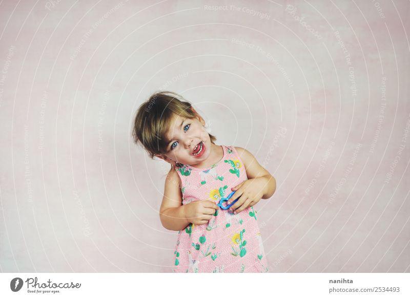 Lustiges kleines Mädchen singt ein Lied. Lifestyle Stil Design Freude Wellness Reiten Kinderspiel Kindererziehung Bildung Mensch feminin Kleinkind Kindheit 1