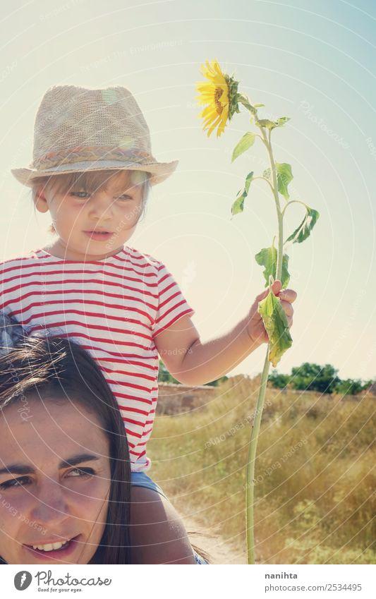 Mutter und Tochter genießen einen sonnigen Tag Lifestyle Stil Freude Wellness Wohlgefühl Sinnesorgane Mensch feminin Junge Frau Jugendliche Erwachsene