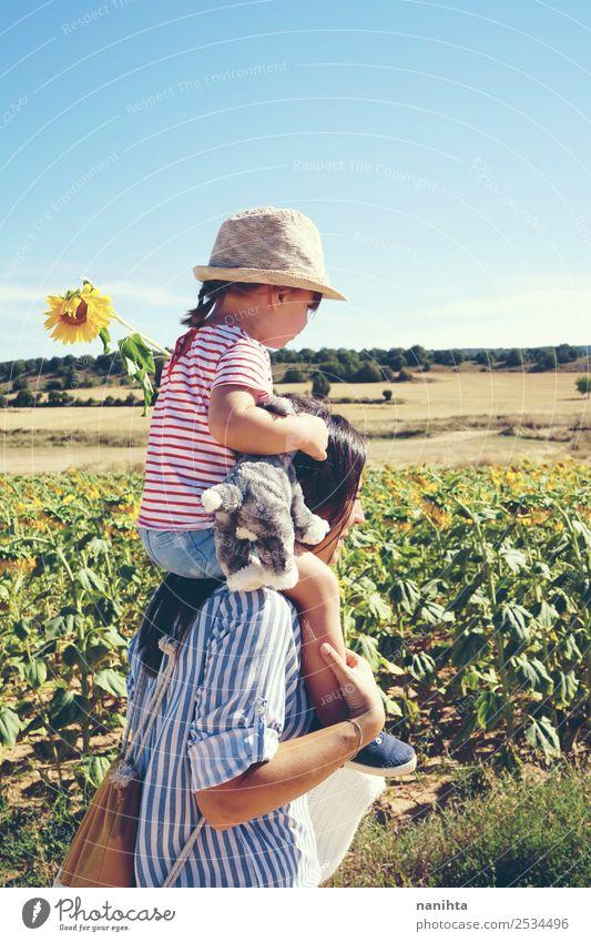 Mutter und Tochter an einem sonnigen Tag Lifestyle Stil Wellness Freiheit Sommer Sommerurlaub Mensch feminin Kind Kleinkind Mädchen Junge Frau Jugendliche