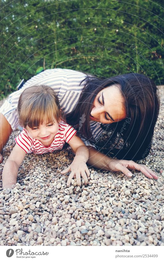 Mutter und Tochter beim Spielen im Park Lifestyle Stil Freude Wellness harmonisch Wohlgefühl Freizeit & Hobby Kinderspiel Freiheit Mensch feminin Kleinkind