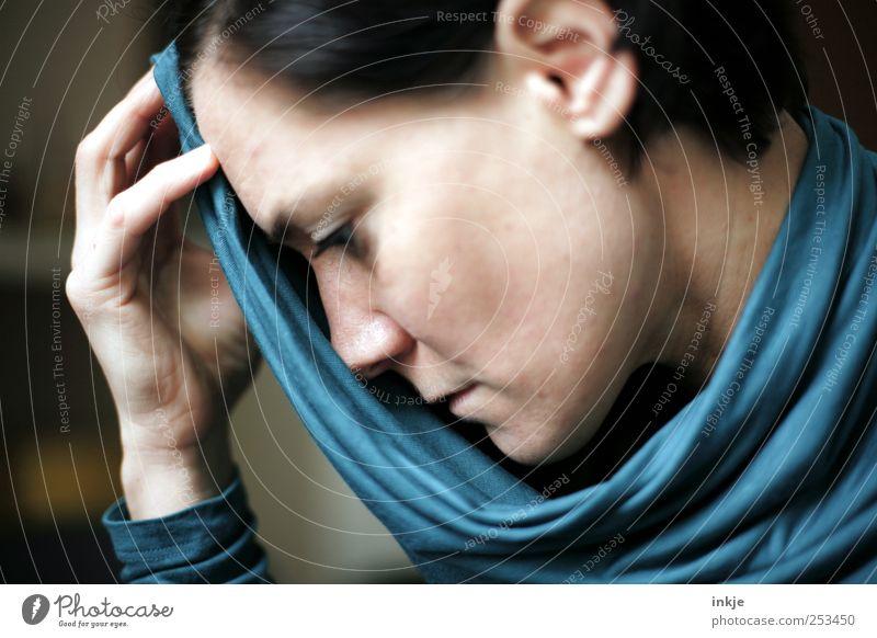 thats not how I visualised life Frau Erwachsene Leben Gesicht Tuch schwarzhaarig Denken Traurigkeit feminin blau Gefühle demütig Sorge Liebeskummer Enttäuschung