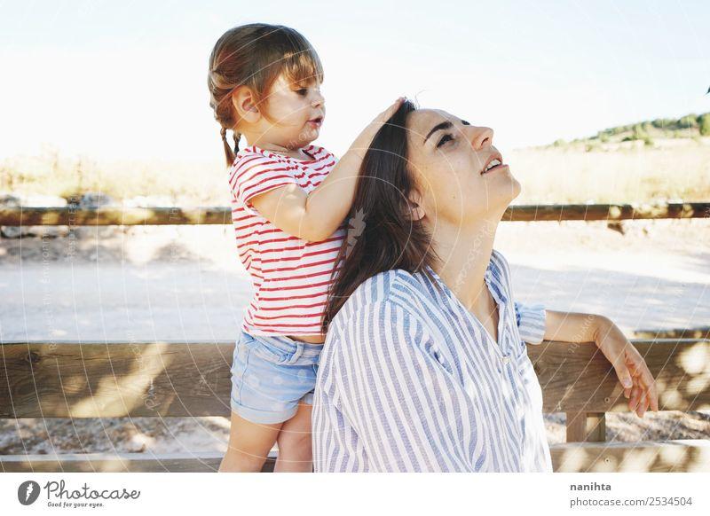 Kleines Mädchen, das den Kopf ihrer Mutter berührt. Lifestyle Stil Freude schön Haare & Frisuren Wellness Erholung Mensch feminin Kind Kleinkind Junge Frau