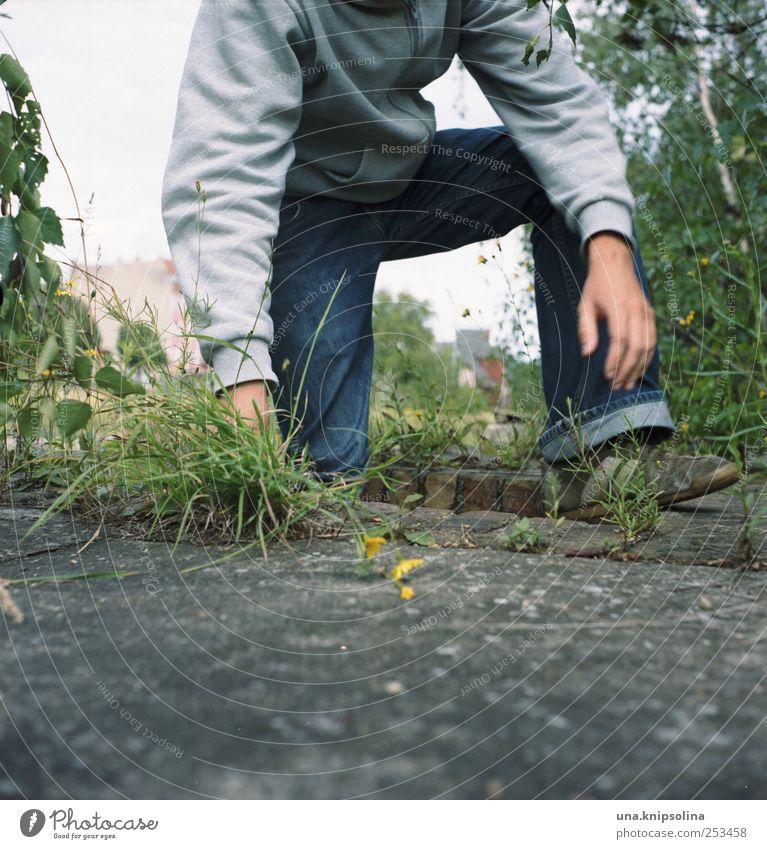 untergrund IV maskulin Junger Mann Jugendliche Erwachsene 1 Mensch 18-30 Jahre Umwelt Natur Pflanze Gras Industrieanlage Ruine Stein Beton Bewegung entdecken