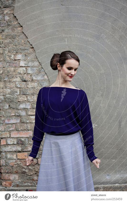 blaue eleganz elegant feminin Junge Frau Jugendliche 1 Mensch Mode Rock Pullover brünett Scheitel Dutt Backstein Lächeln Tanzen außergewöhnlich fest einzigartig