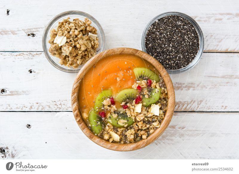 Smoothie mit Obst, Cerealien und Chia auf weißem Holztisch. Lebensmittel Joghurt Frucht Dessert Ernährung Frühstück Vegetarische Ernährung Diät Gesundheit