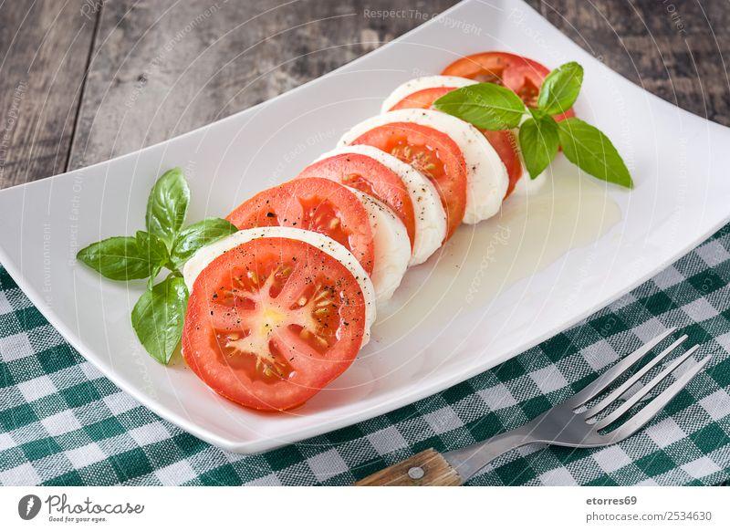 Caprese-Salat mit Mozzarella-Käse, Tomaten und Basilikum Salatbeilage Gemüse Italienisch Mahlzeit grün rot Gesundheit Gesunde Ernährung Vegetarische Ernährung
