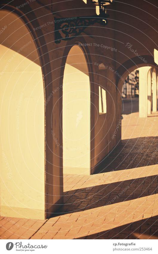 Sonnengang Säule Sonnenlicht Bürgersteig Schwache Tiefenschärfe Pflastersteine Stein Putz Bauwerk