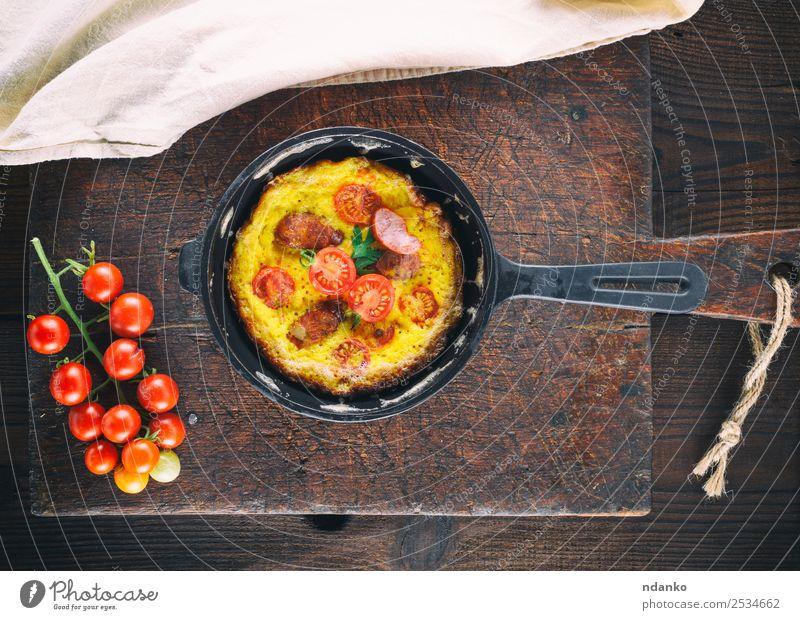 gebratene Hühnereier Wurstwaren Gemüse Frühstück Mittagessen Abendessen Pfanne Tisch Essen frisch oben gelb rot Tradition Omelett Rührei Tomate Ei Lebensmittel