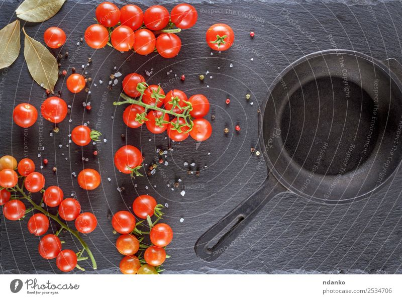 Pfanne und frische rote reife Kirschtomaten Gemüse Ernährung Mittagessen Vegetarische Ernährung Tisch Küche Essen klein natürlich oben grün schwarz Holzplatte