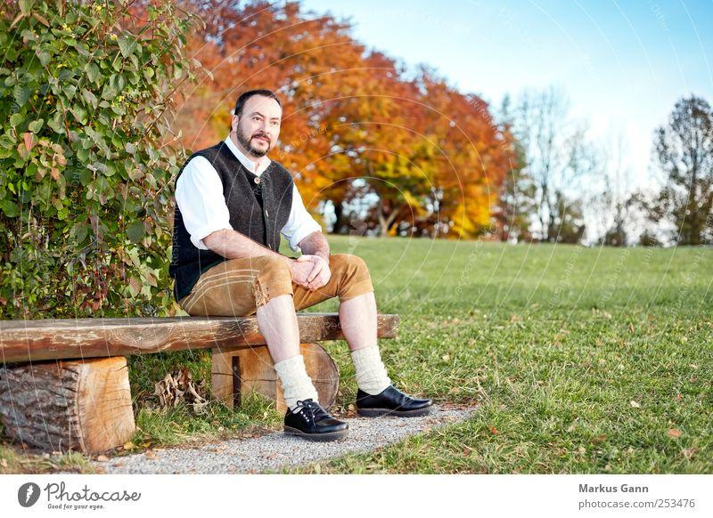 Tradition Erholung ruhig wandern Mensch maskulin Mann Erwachsene 1 30-45 Jahre Natur Herbst Wiese Mode Bekleidung Leder schwarzhaarig Vollbart sitzen retro blau