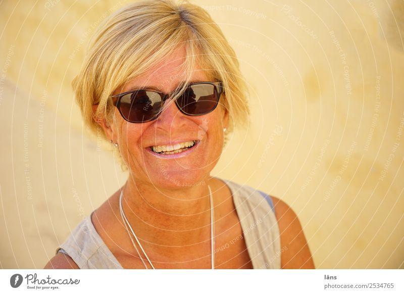 hallo Mensch feminin Frau Erwachsene Leben Kopf 1 45-60 Jahre Fassade Sonnenbrille blond beobachten Lächeln Glück natürlich schön Freude Fröhlichkeit