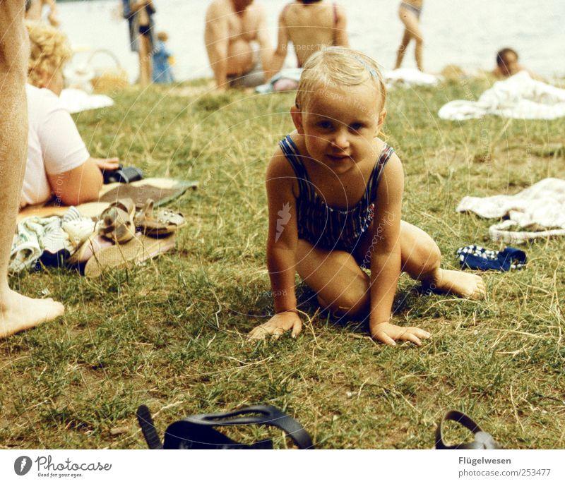 Schau mir in die Augen kleines Mensch Ferien & Urlaub & Reisen Mädchen Sommer Erholung Wiese Spielen See Kindheit blond Freizeit & Hobby Schwimmen & Baden Kindheitserinnerung niedlich Rasen Schwimmbad