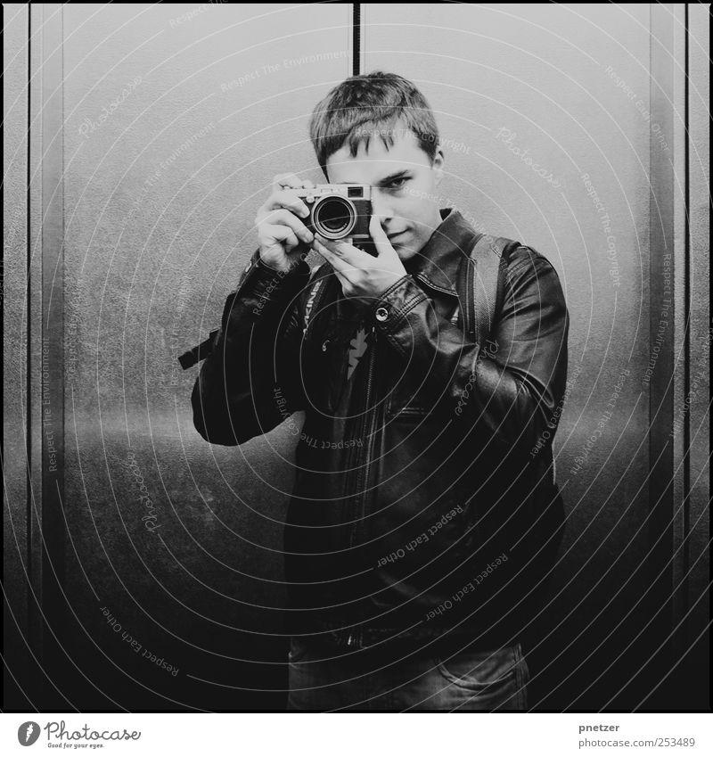 Philipp fotografiert Mensch Mann Jugendliche weiß Freude schwarz Erwachsene Gesicht Gefühle Kopf Freizeit & Hobby Fotografie maskulin Hochhaus außergewöhnlich