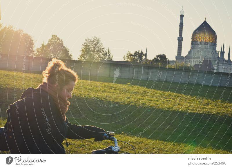 B@DD 11 | Sunshine Mensch Frau Jugendliche schön Ferien & Urlaub & Reisen Erwachsene Wiese Leben Wand Architektur Garten Glück Mauer hell Park blond