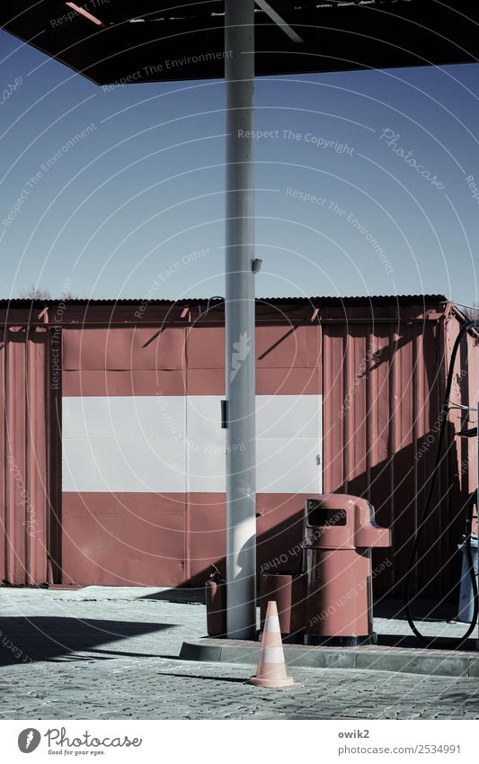 Stacja Benzynowa Arbeitsplatz Feierabend Wolkenloser Himmel Schönes Wetter Polen Tankstelle Zapfsäule Stein Beton Metall Stahl Kunststoff einfach fest trist