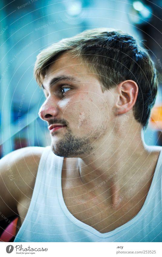 mr. s. maskulin Homosexualität Junger Mann Jugendliche Erwachsene 1 Mensch 18-30 Jahre brünett Dreitagebart Denken Blick träumen Traurigkeit sportlich trösten