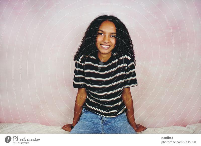 Frau Mensch Jugendliche Junge Frau schön Freude schwarz Lifestyle Erwachsene natürlich feminin Stil Haare & Frisuren rosa Stimmung Zufriedenheit