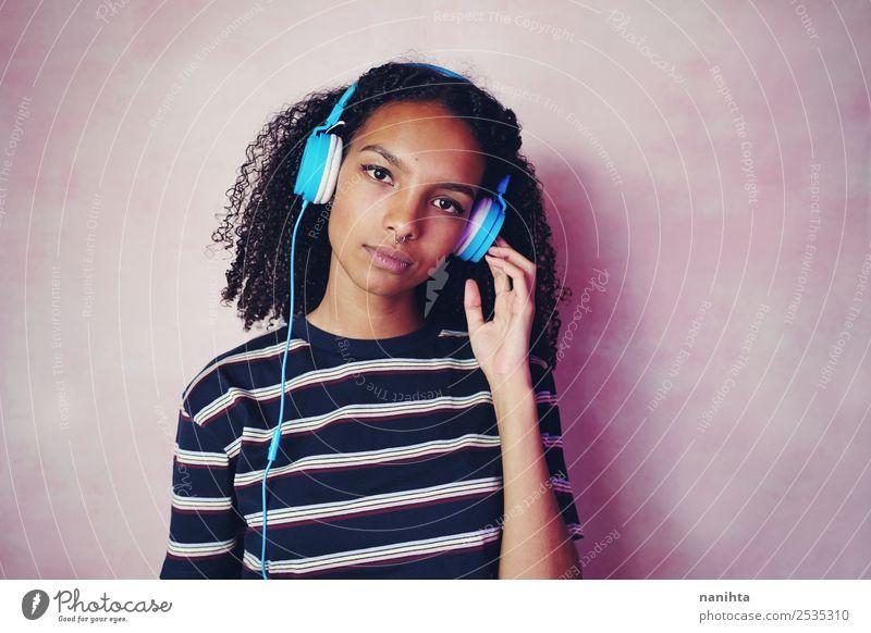 Teenagerfrau beim Musikhören Lifestyle Stil schön Haare & Frisuren Freizeit & Hobby Headset Kopfhörer Technik & Technologie Unterhaltungselektronik Mensch