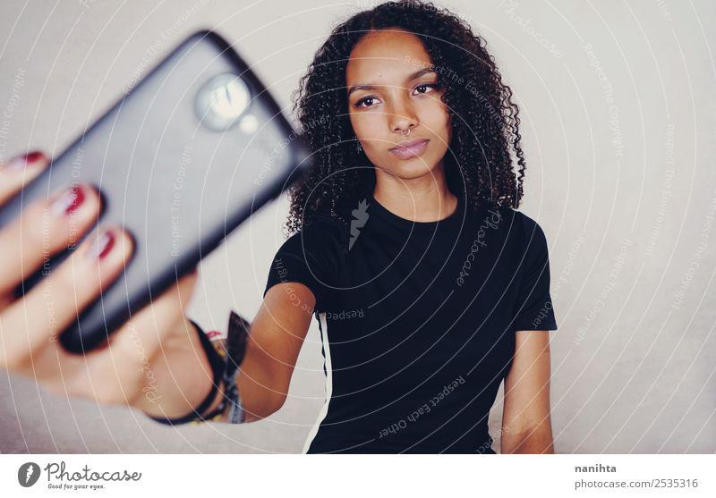 Junge Frau nimmt ein Selfie mit ihrem Handy. Lifestyle Stil Design schön Haare & Frisuren Haut Gesicht Fotokamera PDA Technik & Technologie