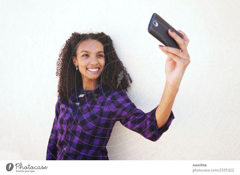 Junge und glückliche Frau, die einen Selfie nimmt. Lifestyle Stil Freude Haare & Frisuren Handy Fotokamera PDA Technik & Technologie Unterhaltungselektronik