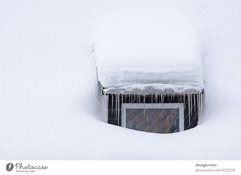 Schlafzimmerblick Winter Klima Klimawandel Wetter Eis Frost Schnee Haus Einfamilienhaus Hütte Fenster Dach Dachrinne schlafen kalt Vertrauen Sicherheit Schutz