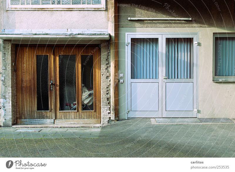 Hübsch hässlich haben Sie's hier. ... Haus Bauwerk Mauer Wand Fassade Fenster Tür alt eckig einfach kalt retro braun grau silber bescheiden Einsamkeit Backstein