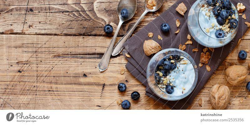 Heidelbeeren und Joghurt Chiapudding Parfait Frucht Dessert Ernährung Frühstück Vegetarische Ernährung Diät Löffel Sommer frisch hell weiß Farbe Beeren