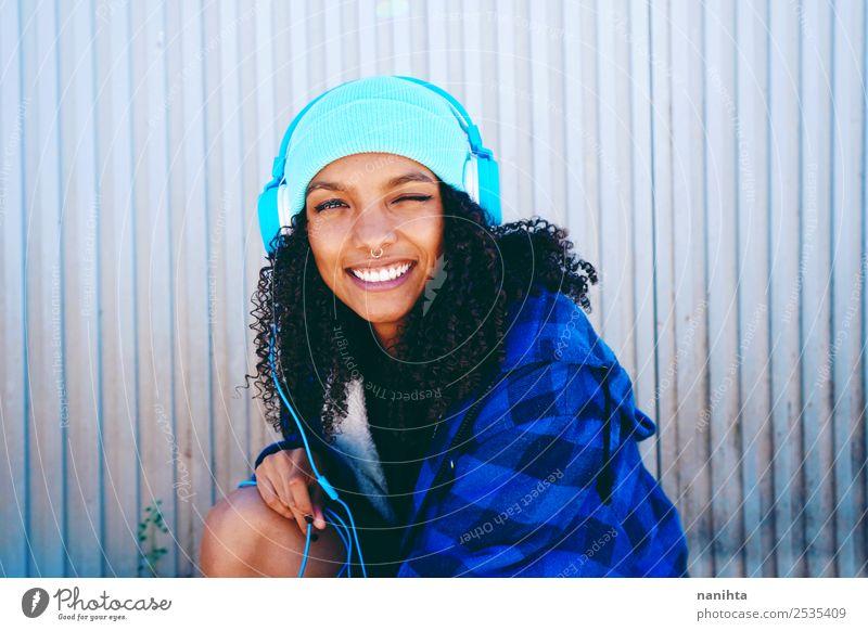 Fröhliche junge Frau beim Musikhören Lifestyle Stil Freude schön Haare & Frisuren Freizeit & Hobby Headset Kopfhörer Technik & Technologie