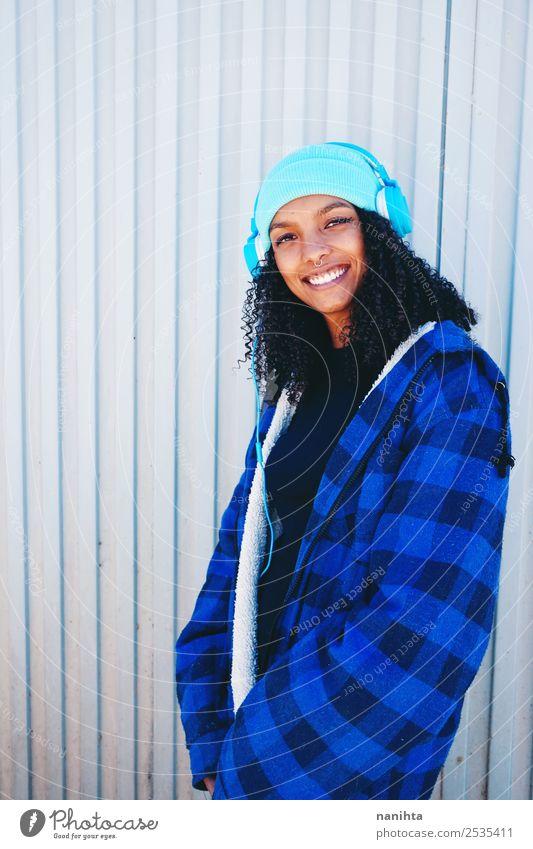Junge glückliche Frau mit urbanem Stil Lifestyle Freude Wellness Leben Freizeit & Hobby Headset Kopfhörer Technik & Technologie Unterhaltungselektronik Mensch