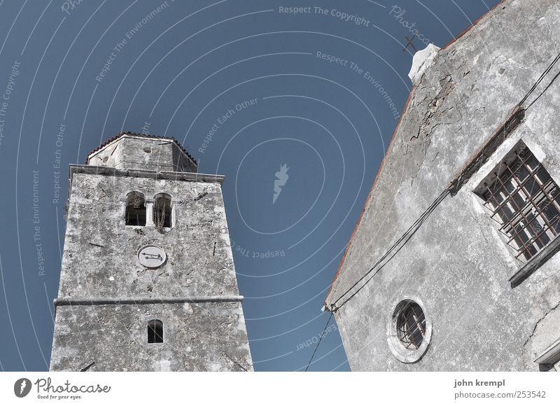ich schief mich an Kroatien Dorf Stadtzentrum Altstadt Kirche Bauwerk Gebäude Architektur Glockenturm Mauer Wand alt eckig historisch blau grau Optimismus