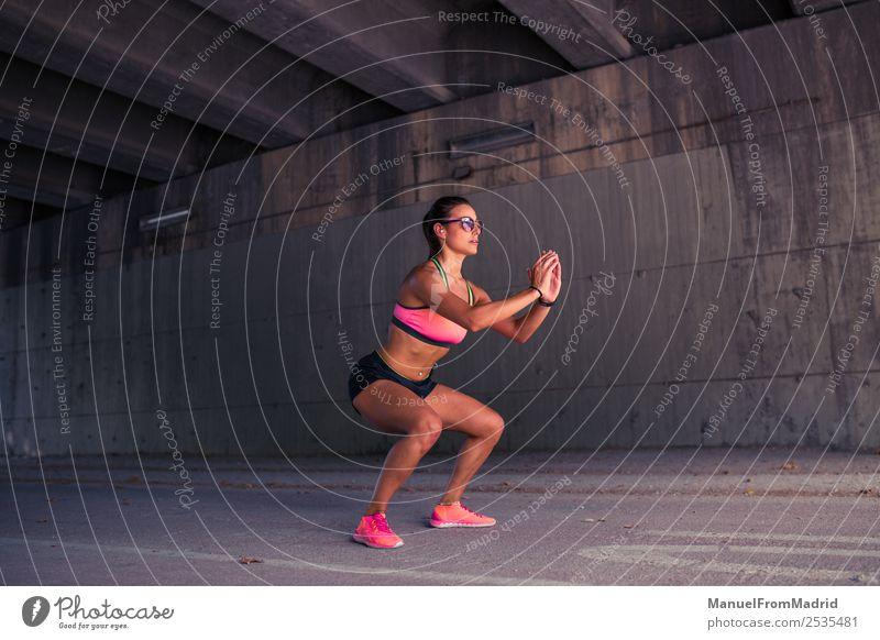 Fit athletische Frau beim Aufwärmen Lifestyle schön Körper Sommer Sport Joggen Erwachsene Fitness anstrengen Zufriedenheit Energie Läufer Dehnübung Großstadt