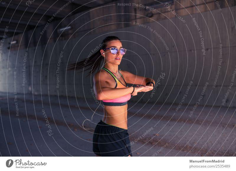 athletische Frau beim Stretching Lifestyle schön Körper Sommer Sport Joggen Erwachsene Fitness Läufer strecken Großstadt üben Training Athlet Aufwärmen jung