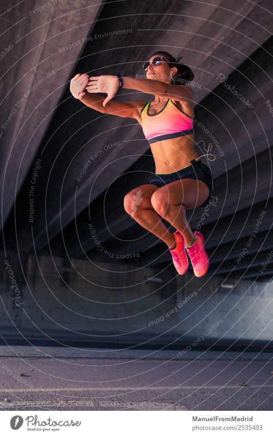 athletische Frau beim Springen Lifestyle schön Körper Sommer Sport Joggen Erwachsene Fitness springen Läufer Dehnübung üben Training Athlet Aufwärmen jung