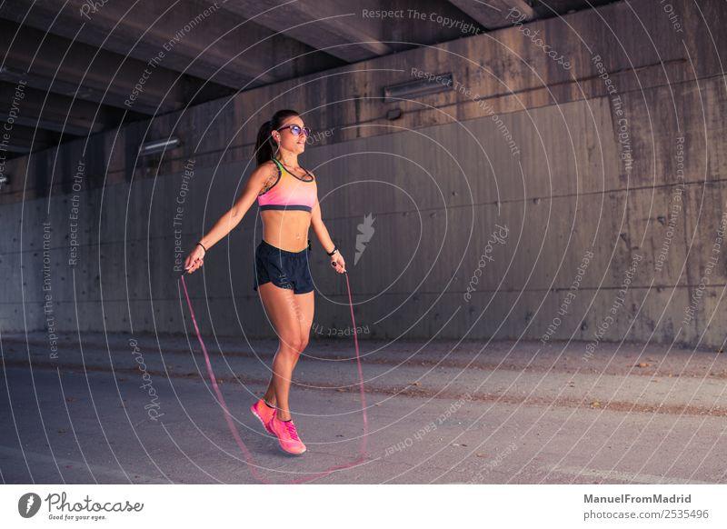 athletische Frau beim Springen mit Springseil Lifestyle Glück schön Körper Wellness Sport Seil Erwachsene Bewegung Fitness seilhüpfen springen dünn Energie