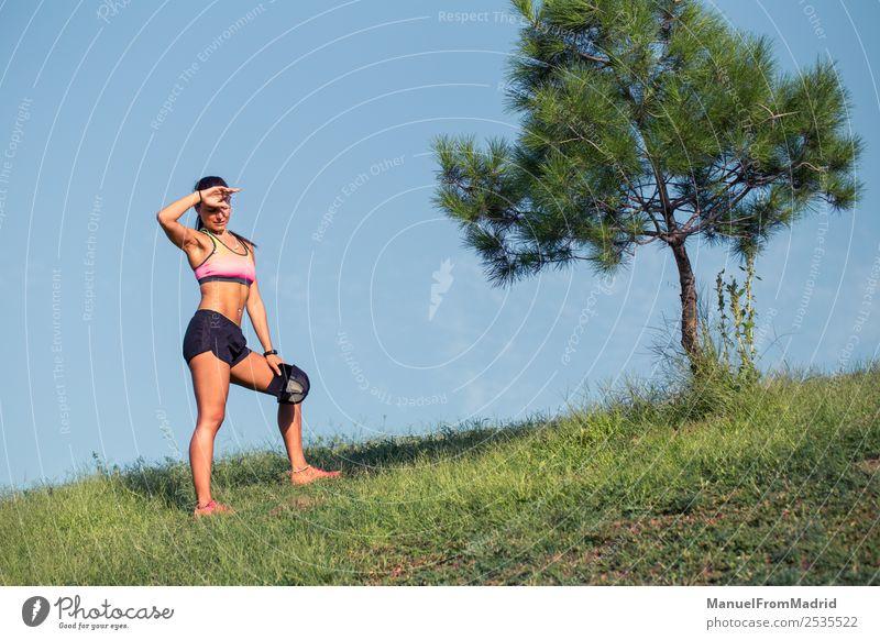 athletische Frau, die sich ausruht Lifestyle schön Körper Sommer Sport Erwachsene Natur Park Fitness Training Läufer aussruhen jung üben erschöpft Athlet