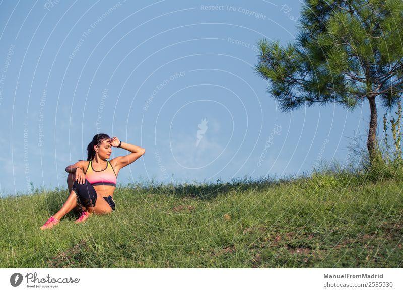 athletische Frau, die sich ausruht Lifestyle schön Körper Sommer Sport Erwachsene Natur Park Fitness sitzen Training Läufer aussruhen jung üben erschöpft Athlet