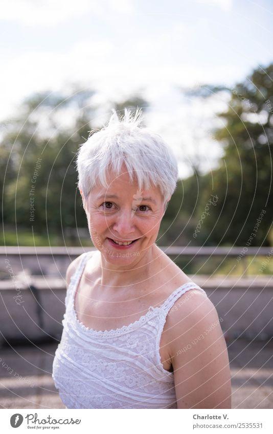 Trau dich! Mensch feminin Frau Erwachsene Weiblicher Senior 1 45-60 Jahre grauhaarig kurzhaarig Lächeln Blick leuchten Coolness frech frei Freundlichkeit
