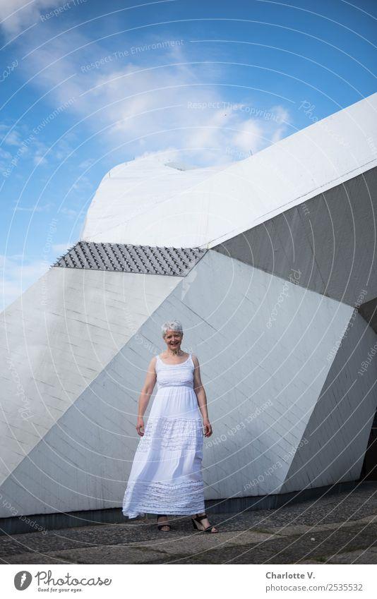 Steinig | Himmelwärts Mensch feminin Frau Erwachsene Weiblicher Senior 1 45-60 Jahre Architektur Wolken Sommer Schönes Wetter Mauer Wand Strebe Kleid grauhaarig