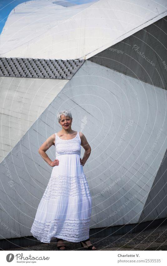 Ich warte! Mensch feminin Frau Erwachsene Weiblicher Senior 1 45-60 Jahre Mauer Wand Kleid grauhaarig kurzhaarig Beton Lächeln leuchten Blick stehen warten