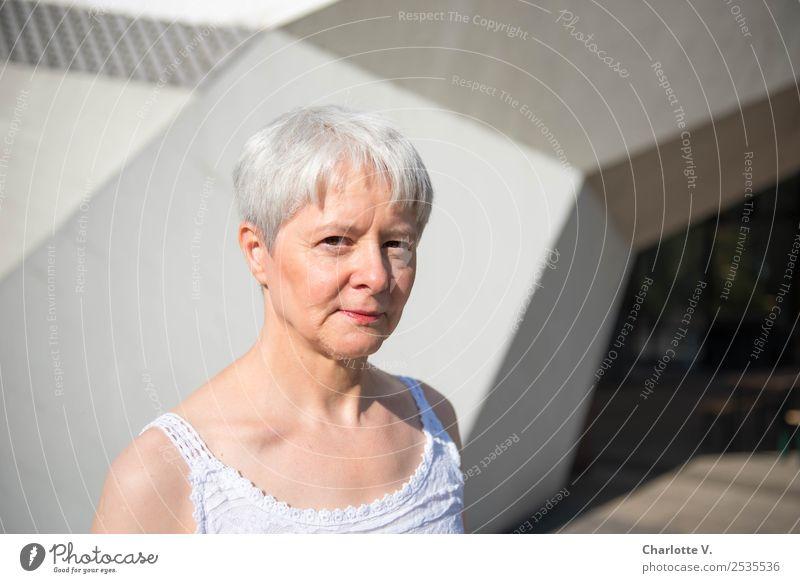 Skeptisch Mensch feminin Frau Erwachsene Weiblicher Senior 1 45-60 Jahre Mauer Wand Durchgang grauhaarig kurzhaarig Beton beobachten Blick kalt modern Neugier