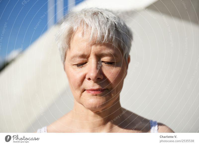 Träumen Frau Mensch blau schön weiß ruhig Erwachsene feminin Gefühle Denken grau Zufriedenheit hell träumen Kraft Lächeln