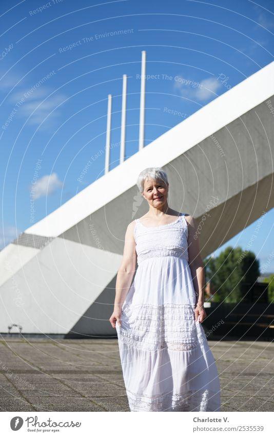 Entgegenkommend Mensch feminin Frau Erwachsene Weiblicher Senior 1 45-60 Jahre Architektur Himmel Schönes Wetter Bauwerk Bogen Fahnenmast Fußgänger Kleid