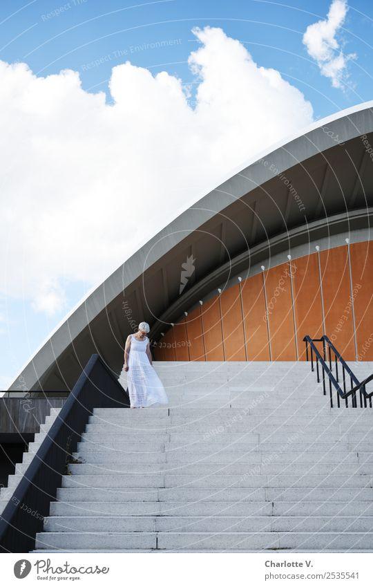 Oben Mensch feminin Frau Erwachsene Weiblicher Senior 1 45-60 Jahre Architektur Himmel Wolken Schönes Wetter Treppe Fassade Schwangere Auster grauhaarig