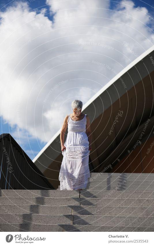 Schreiten Frau Mensch Sommer blau weiß Architektur Erwachsene feminin Stil grau Fassade gehen Treppe leuchten elegant ästhetisch