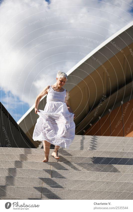 Dynamisch Mensch feminin Frau Erwachsene Weiblicher Senior Leben 1 45-60 Jahre Wolken Sommer Schönes Wetter Berlin Bauwerk Architektur Treppe Dach