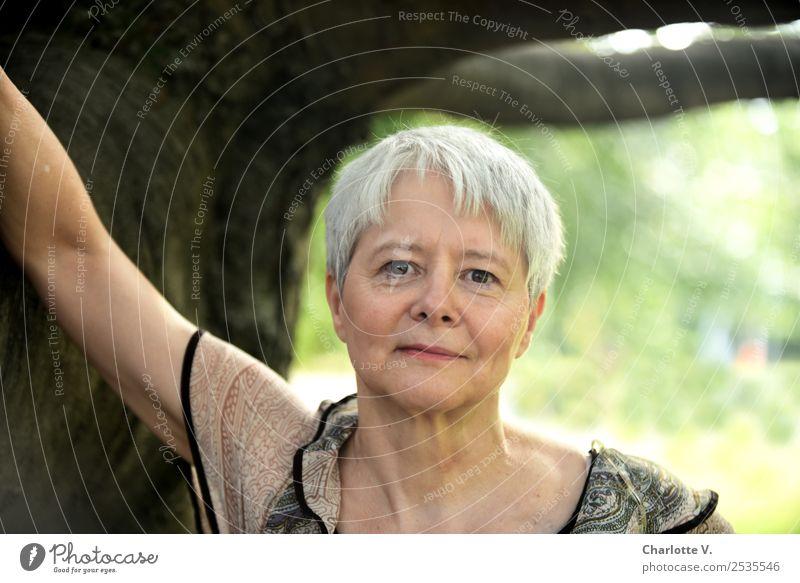 Selbstbewusst Mensch feminin Frau Erwachsene Weiblicher Senior 1 45-60 Jahre Baum grauhaarig kurzhaarig Holz berühren Lächeln Blick stehen authentisch