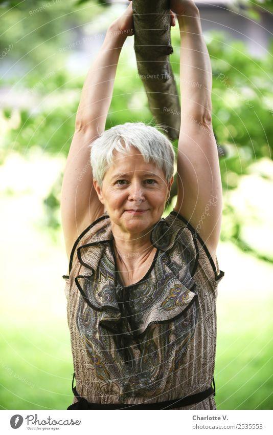 Abhängen feminin Frau Erwachsene Weiblicher Senior 1 Mensch 45-60 Jahre Sommer Schönes Wetter Ast grauhaarig kurzhaarig Holz Erholung festhalten Lächeln stehen